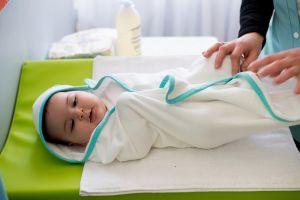 Sortie de bain bébé éponge - blanc biais jade
